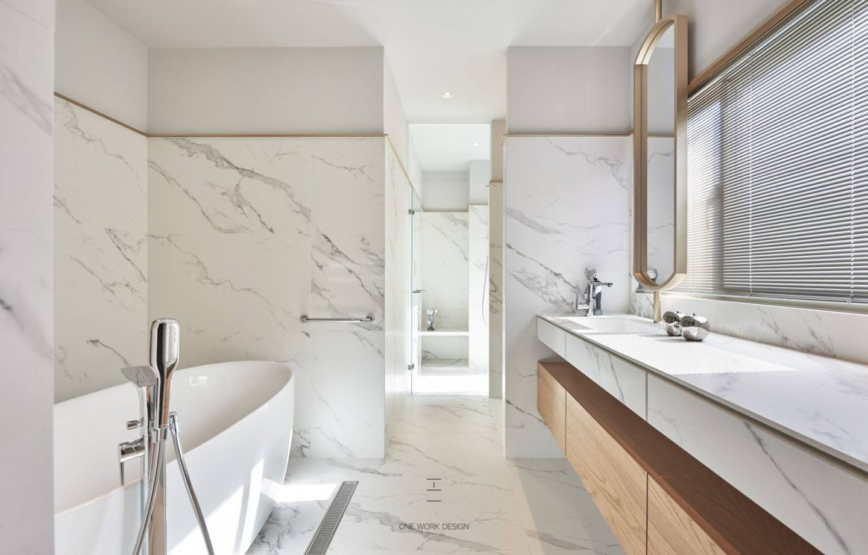 Badezimmer freistehende wanne wandverkleidung marmor wei carrrara doppelwaschtisch luxus - Badezimmer wandverkleidung ...