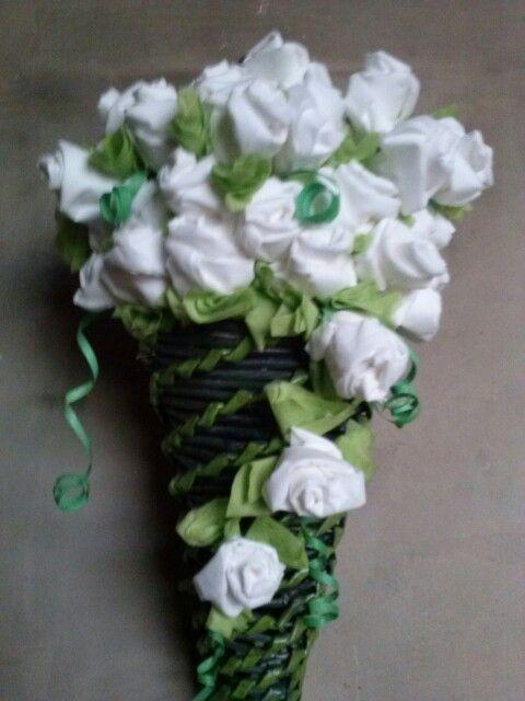 Solo papel, estas manitas y mucha paciencia... para las 72 rosas del ramo.