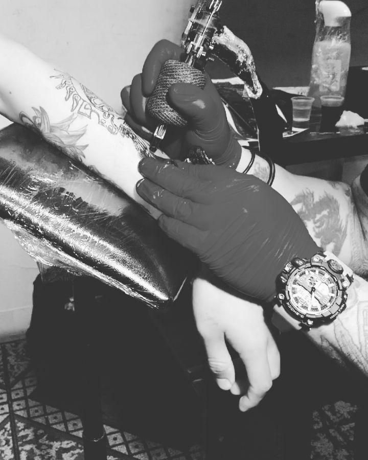 Es hermoso ver trabajar la maquina en cámara lenta... Si te gusta nuestro trabajo comparte por favor.  Para agendar o cotizar manda mensaje, puedes contactarnos por WhatsApp 5514163596.  Andamos Juntos, Morimos Juntos Bad Boys Forever  #badboys4evermx #tattooed #tattoo #tattoolifestyle #tattoomx #tatuadoresmexicanos #tatuajes #tatuadores #tatuajesmx #tattoedpeople #tattooartist #tatuajesmexicanos #rayas #otrotatto #tatuajes #azteca #aztecatattoo #tattooazteca