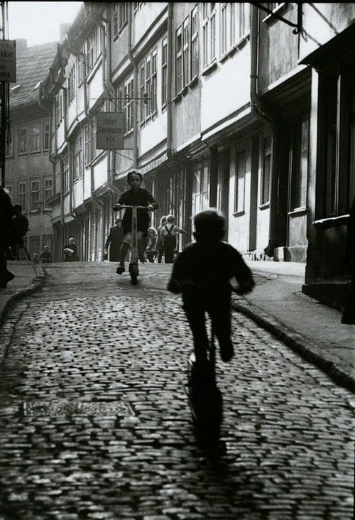 """Willy Ronis - 1960  """"En los diferentes géneros en los que he trabajado, no me gustaba mucho el retrato posado. Me gustaba mucho más el movimiento, la gente en la calle, los hechos, las cosas que se mueven. Es el fotógrafo quien hace la fotografía, no el aparato"""",Willy Ronis"""