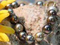 Bracelet quinze perles de culture de Tahiti rondes de qualités B-C de diamètres compris entre 11 et 11.5 millimètres. Ce bracelet est monté en fil de soie et le fermoir est en or jaune.