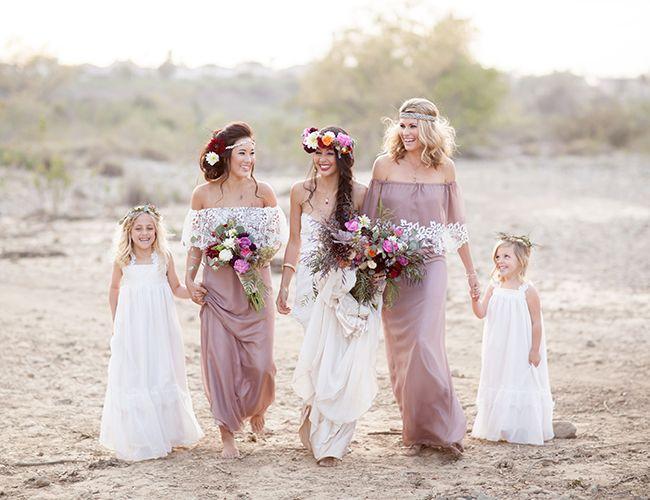 ¿Por qué no hacer que el día más especial de tu vida lo sea también para la gente que quieres?una forma es hacerles partícipes que es un dia especial con un estilismo especial:coronas de flores,vestidos etéreos y de colores combinados.Porque todos y cada uno de los asistentes a vuestra celebración son protagonistas. #NaturalWedding #BodaHippie #bodarustica #novias bohemias https://www.unanilloparaeva.com