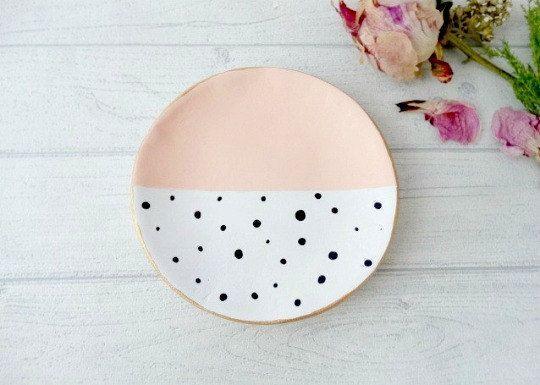Kleiner Keramikteller mit Punkten als Favoriten markiert haben – zu finden auf Etsy.,  #als #…