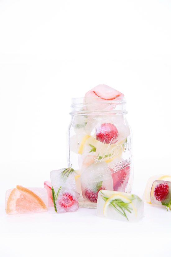 De la glace et des glaçons décorés. Des fleurs, des fruits, mais surtout exquis. Mademoiselle Claudine le blog.