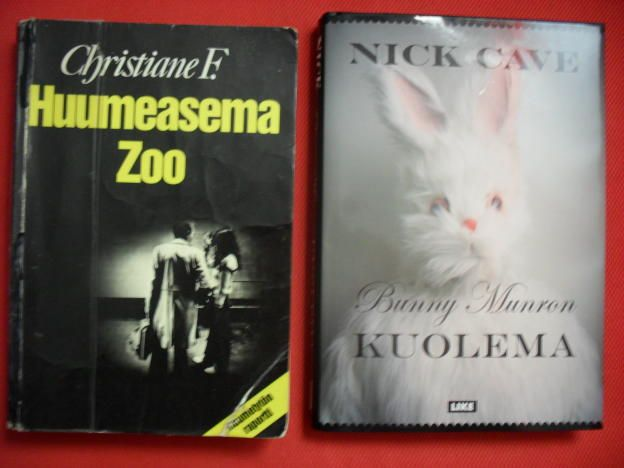 Christiane F-Huumeasema Zoo Mä oon tän joskus tooooosi nuorena lukenut ja haluisin lukea uudelleen, mutta en oo löytänyt mistään. En edes kirjastosta!  (en löytänyt pelkästään siitä kuvaa joten toi Caven kirja nyt tossa myös, no en mä sitä lukenut oo, että kelpaa sekin oikeestaan).