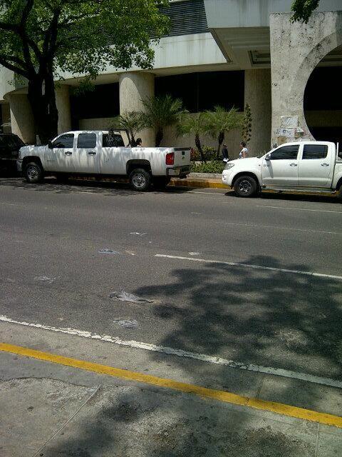 """Hilux y Silverao sin placa en frente de la plaza altamira... SEBIN!!! pic.twitter.com/u1136ptfte"""""""