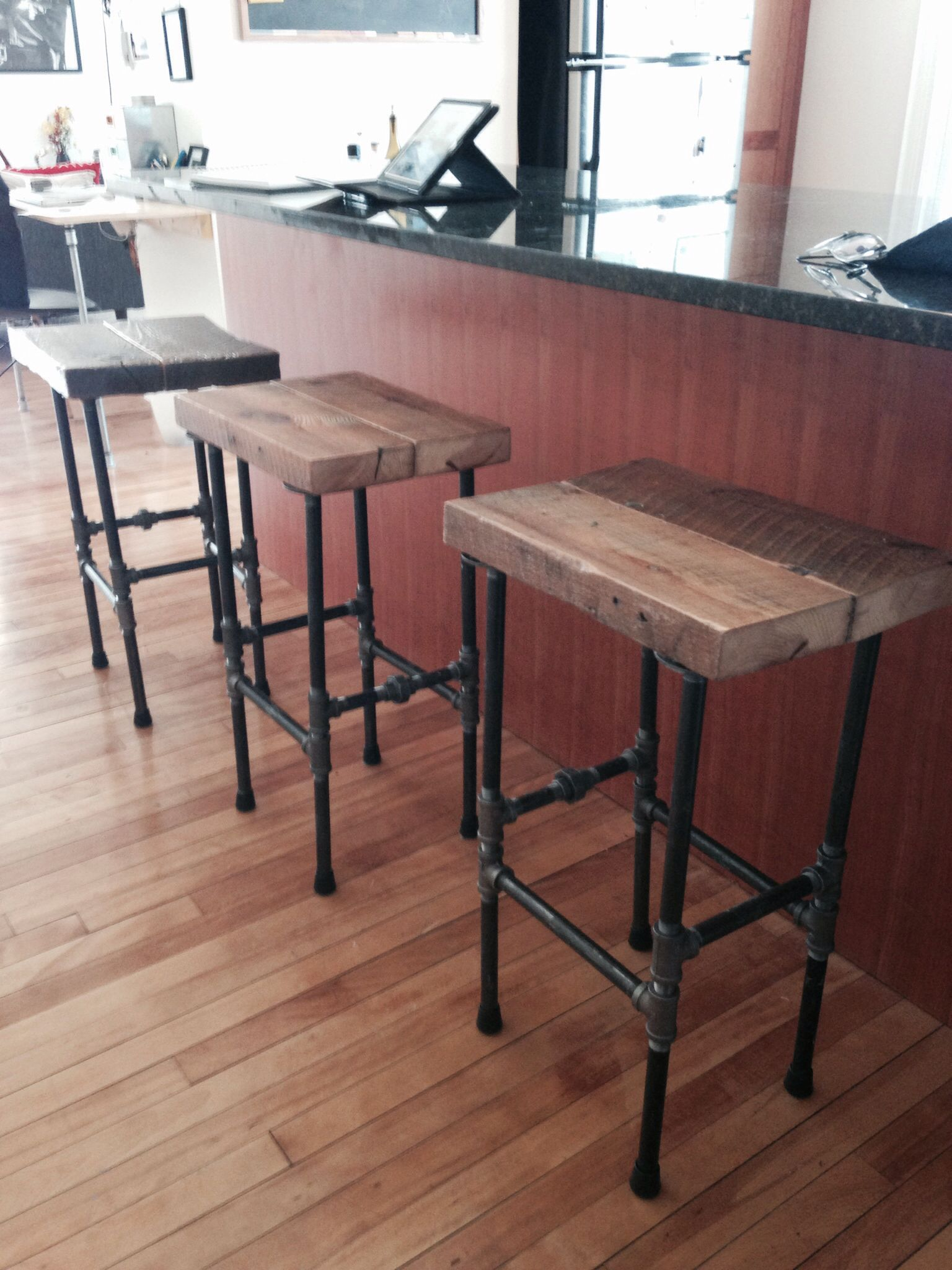 Stools i made with pipe and reclaimed wood barhockerund for Barhocker diy