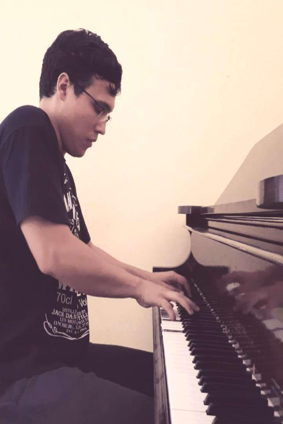 #pianokeys #acuerdad #antiguo #apagado #sonido #piano #tenso #este #muy #es #su Este piano es muy antiguo, su sonido es apagado, tenso,