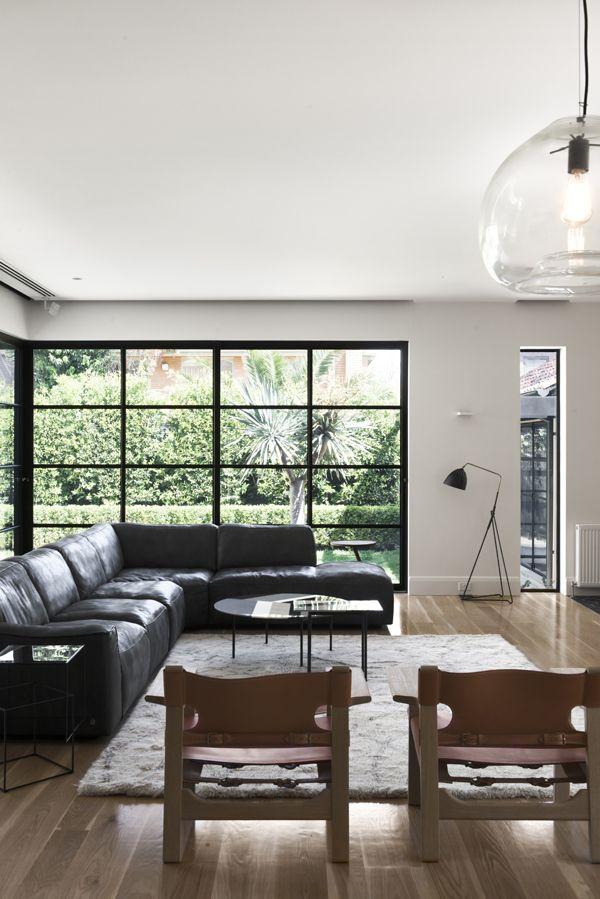 moderna sala de estar con ventanas con marco de acero negras ...