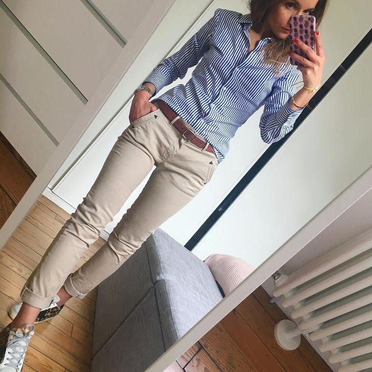 Photo of Blaues Hemd mit Nadelstreifen, kakifarbene Röhrenjeans, braune Sandalen und Gü…