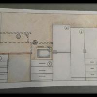 Pohjapiirros suunnitelmasta, jossa tilaan hankitaan yksi korkea kaappi vaatteiden säilytykseen sekä laatikosto keittotason alle.