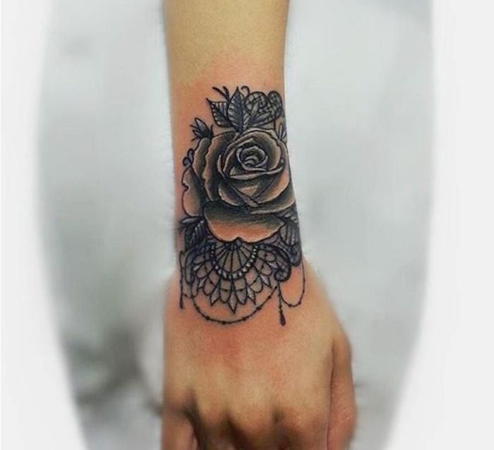 tatouage rose poignet elles poussent sur la peau tatoo tattoo and rose tattoos. Black Bedroom Furniture Sets. Home Design Ideas