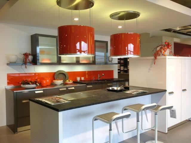 Abzugshaube Kochinsel skyline in rot über weißer kücheninsel küche