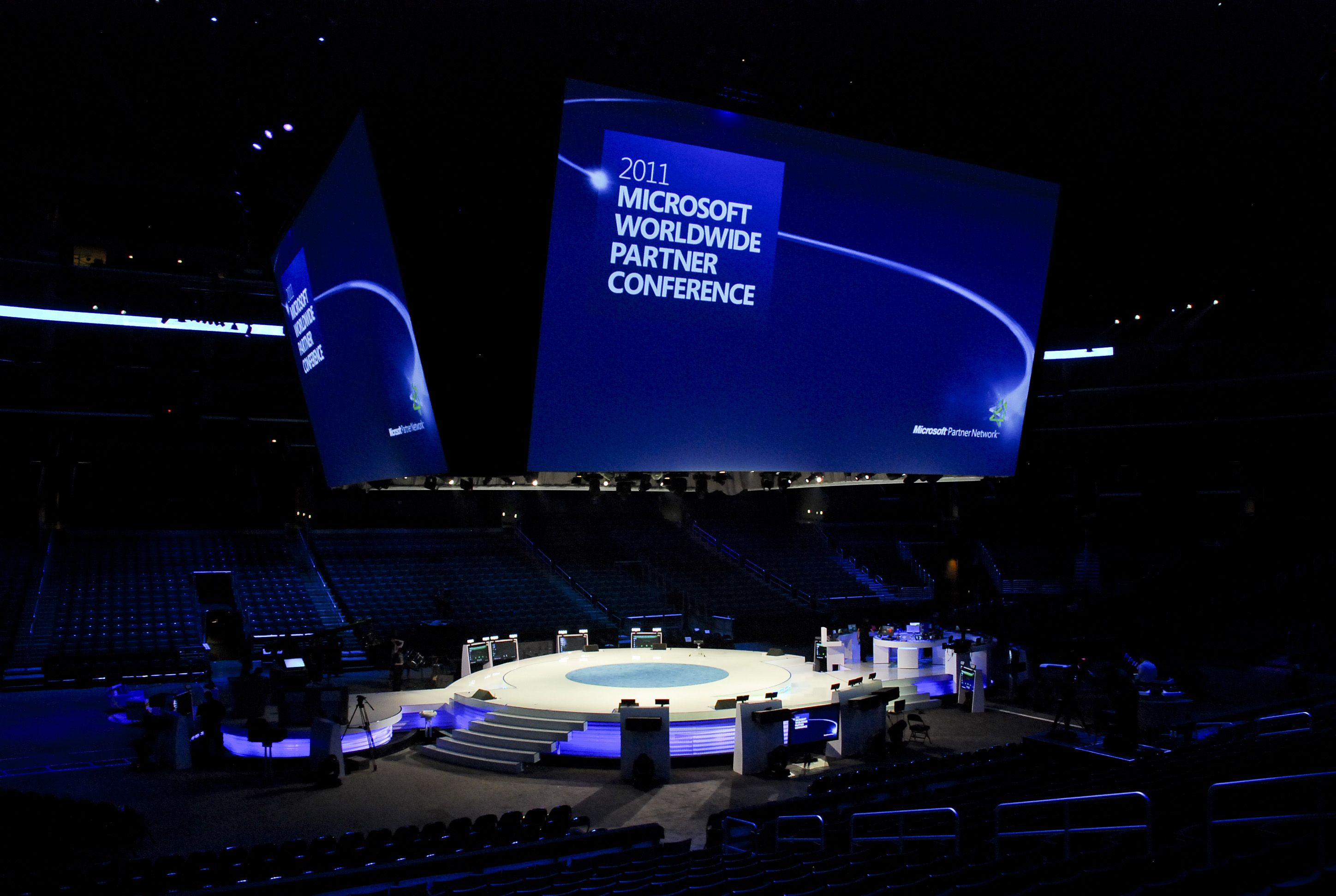 Nice vivid projection for Microsoft Wordlwide event. In the round too by the looks of it.