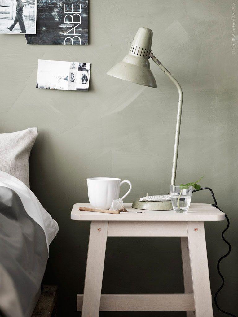 Renoverat sovrum i vitt och trärent. liggande vit panel på väggen ...