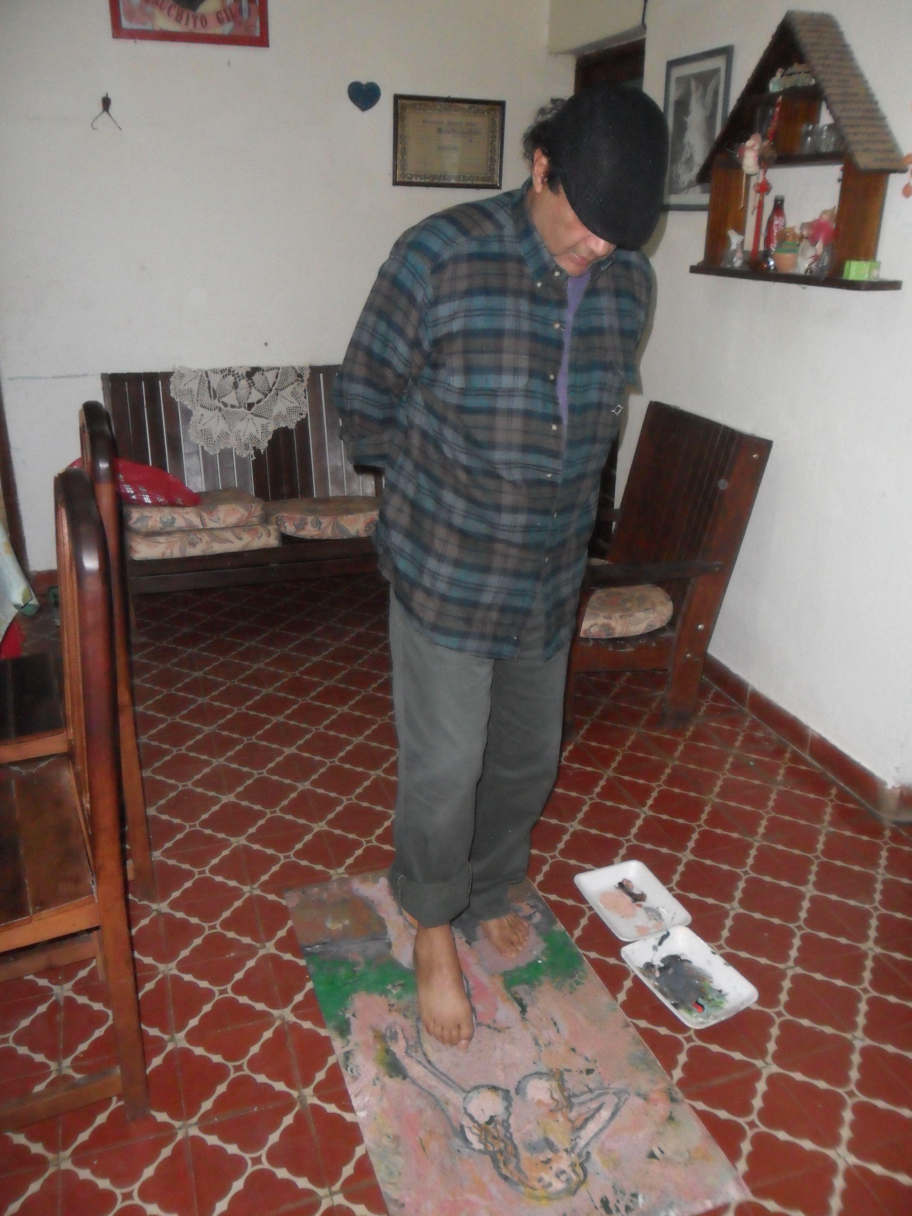 Antonio Villareal pintando con los pies