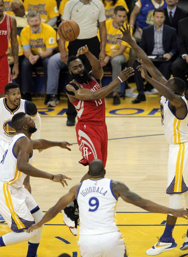 James Harden (13) passa para um companheiro de equipe no primeiro semestre como o Golden State Warriors jogou o Houston Rockets no jogo 2 da primeira rodada da Conferência Oeste Playoffs na Oracle Arena, em Oakland, Califórnia., Na segunda-feira, abril 18, 2016 . Foto: Carlos Avila Gonzalez, The Chronicle / Carlos Avila Gonzalez - San Francisco Chronicle