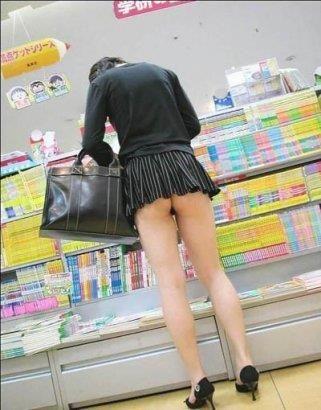 девочка в мини юбки без белья