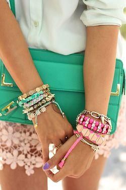 Bolso verde y brazaletes rosados + menta