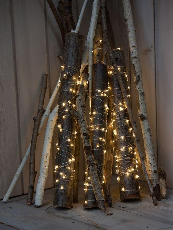 Machen Sie eine entzückende DIY Weihnachtsdekoration mit Protokollen und Lichtern, die jede E... #dekoeingangsbereichaussen