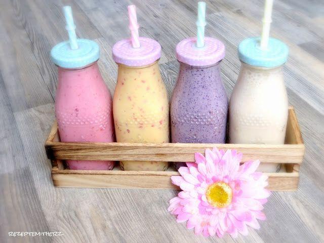 Ihr Lieben, es ist Sommer ! Und was kann es bei hochsommerlichen Temperaturen uerfrischenderes geben als einen leckeren Smoothie? Aus: gefrorenen Beeren, Mandelmilch, Joghurt und Chia Samen ?