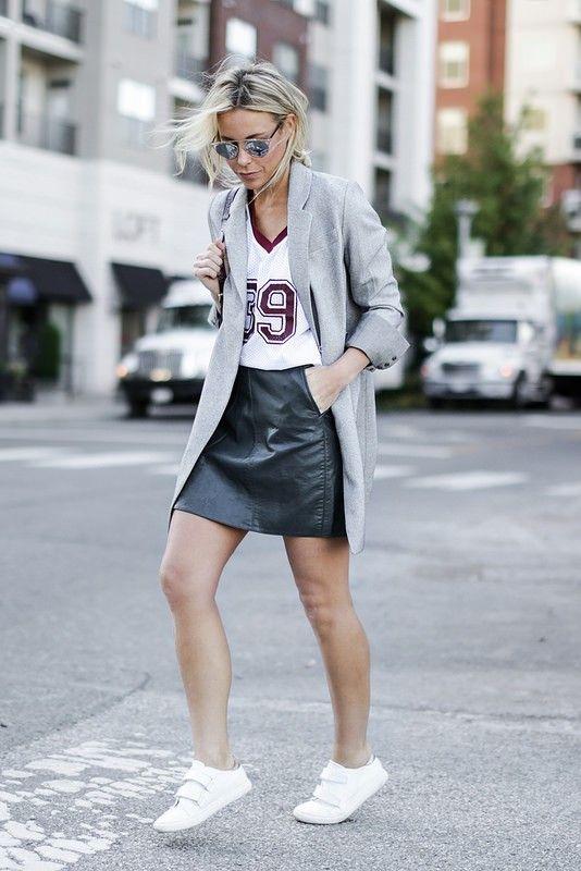 Lederrock, Statement Shirt, oranger Blazer & Sneaker