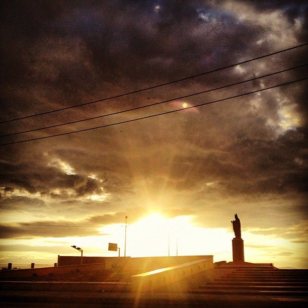 Camino a la escuelita #school #photography #instaphoto #morning #sky #cielo #torreon #sunrise #early #JuanPabloII #statue - @erosmunoz- #webstagram