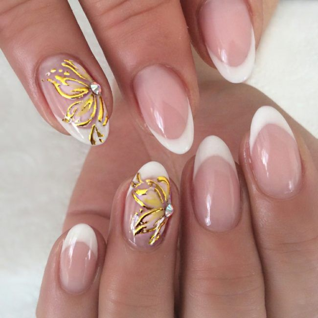 french nails mandelförmig-gelb-gold-blumen-motive-spitze-weiß ...