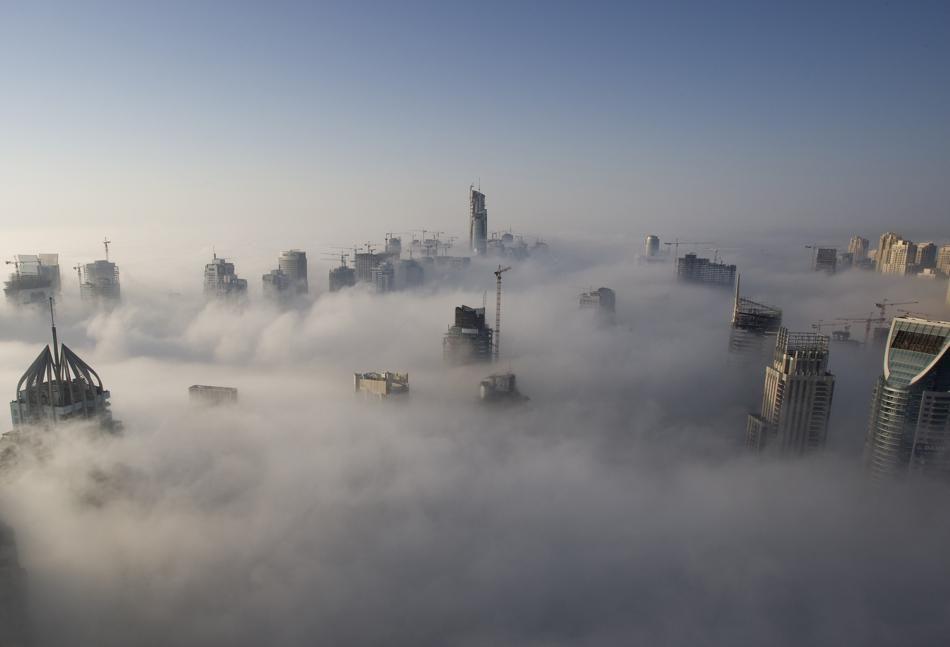 Ciudades vistas a través de las nubes