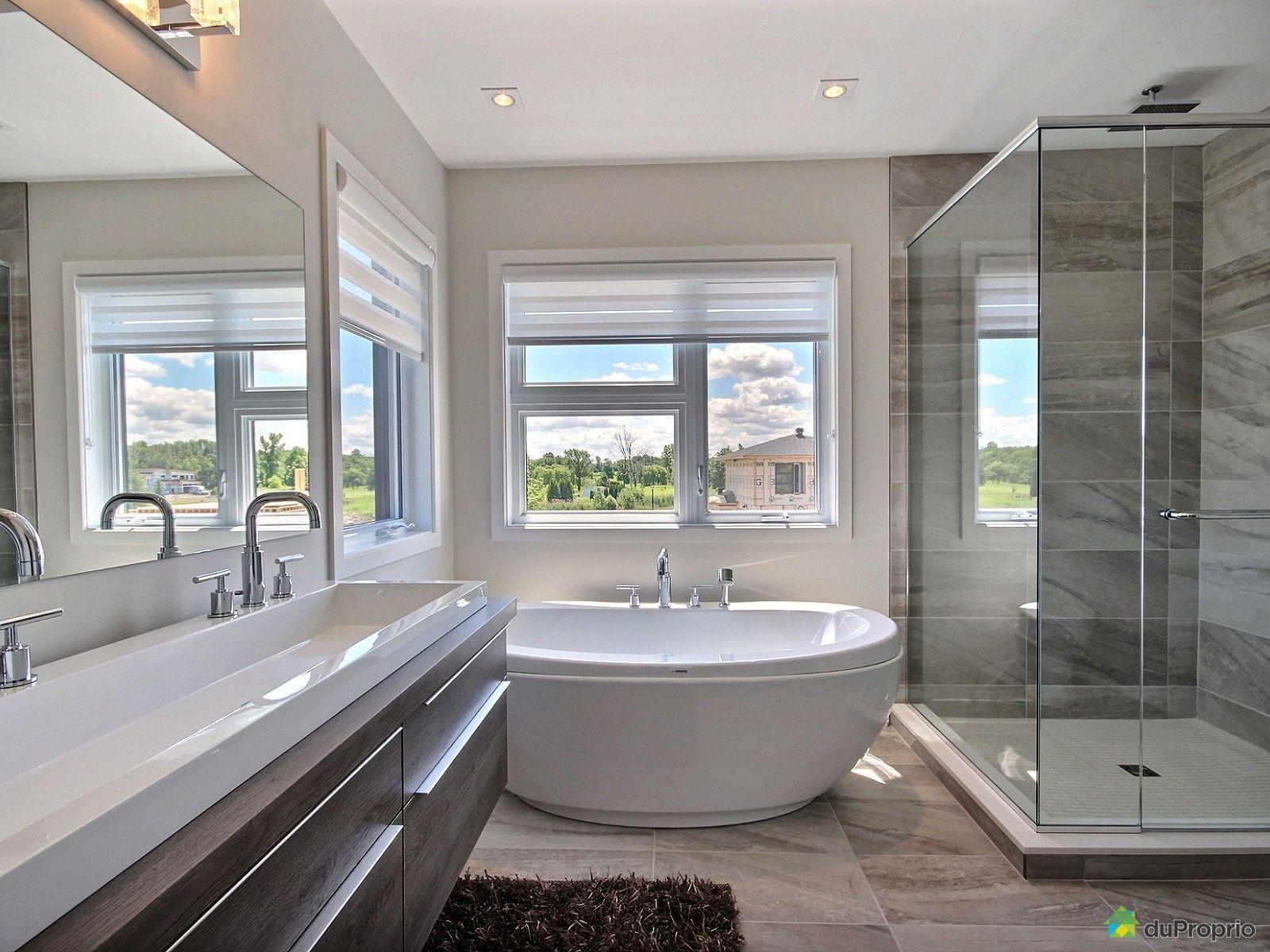Belle salle de bain moderne. Très belle vanité contemporaine avec ...