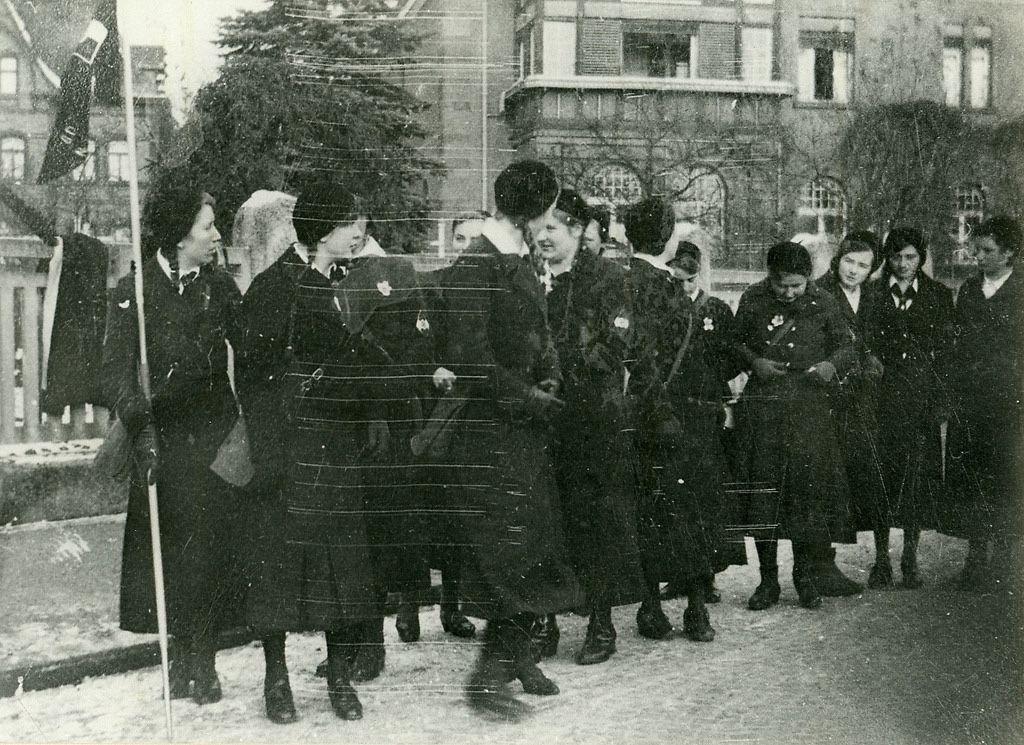 bdm-88:  BDM Mädchen in der Hersfelder Straße in Niederaula.  Reichsgirls making themselfs ready for a walk!
