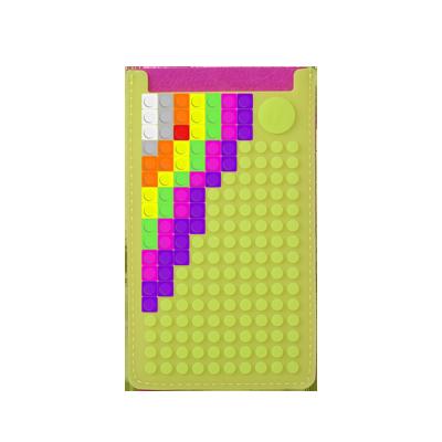 Creëer jouw eigen beeltenis met Pixelbags! Plaats de losse pixels op dit telefoonhoesje om je creativiteit aan iedereen te laten zien. Het hoesje wordt geleverd inclusief 60 pixels om allerlei combinaties te maken.