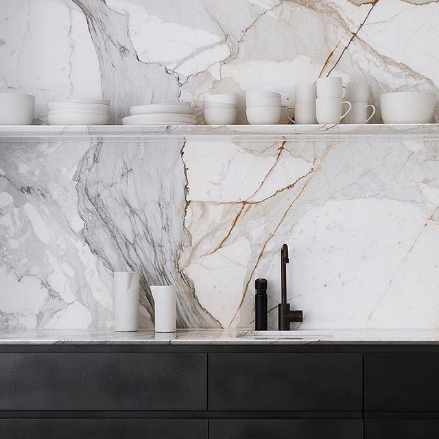 This Kitchen Designed By Handelsmannkhaw Uses Marble As A Backsplash In All The Right Ways Get The Lo Kitchen Interior Farmhouse Kitchen Decor Kitchen Marble