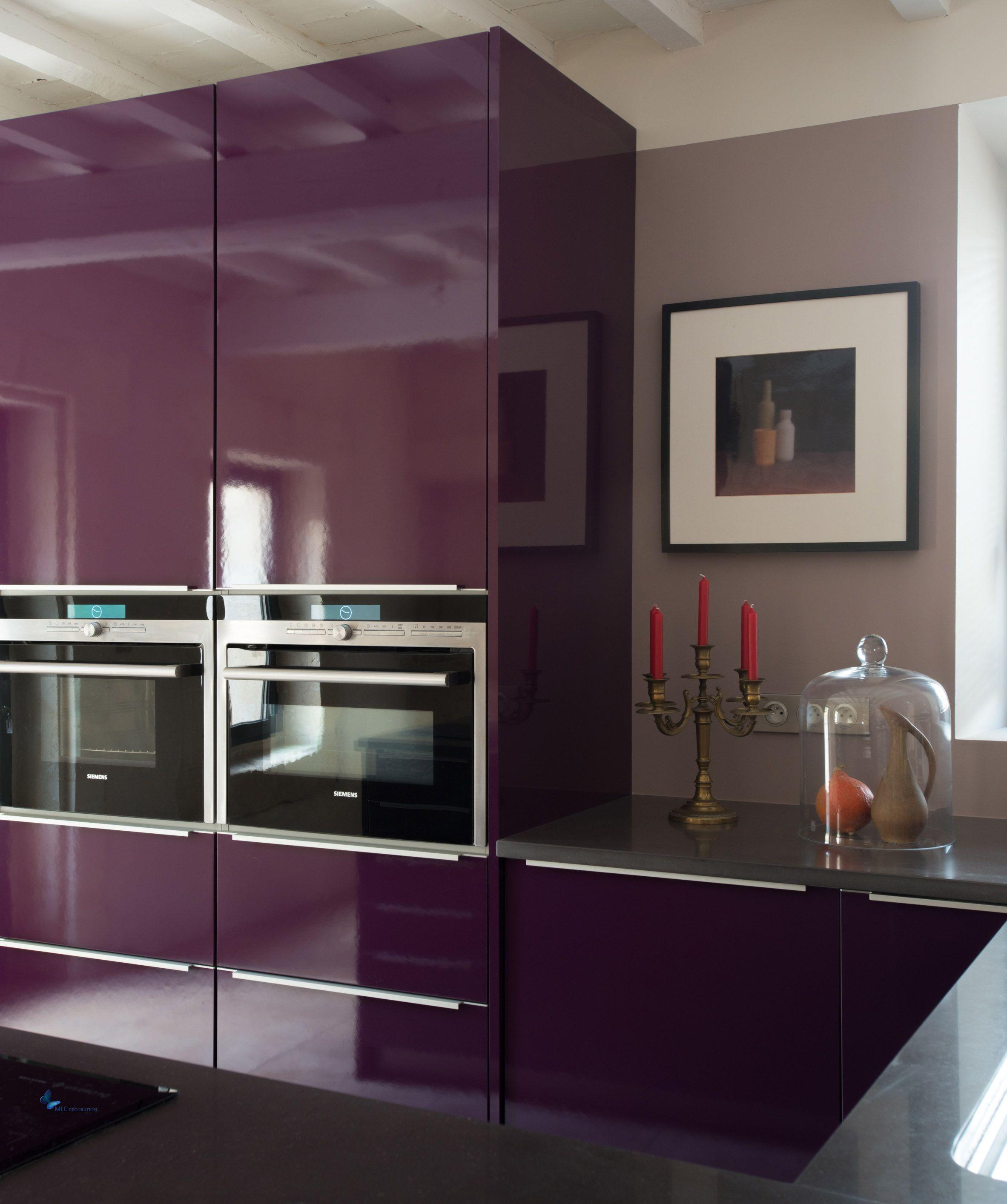 Des jolies couleurs pour la cuisine : grise, noire, aubergine