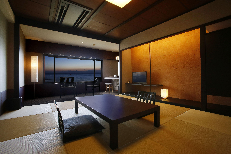 モダン和室 品格と癒しのオーシャン リゾート和室 シックな木目調のインテリアと大きな窓が特徴です 和室 モダン インテリア 和室