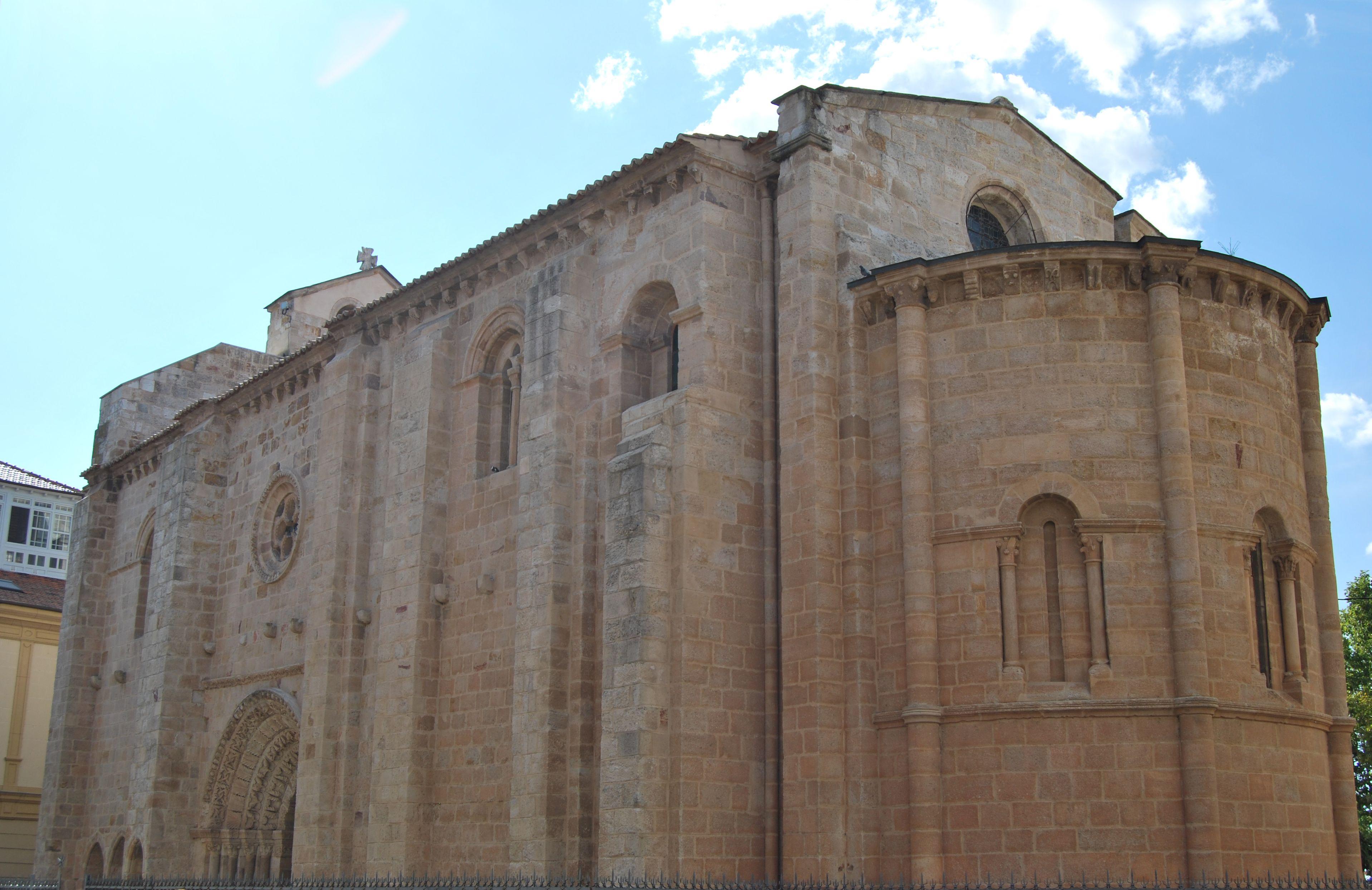 Iglesia de Santa María Magdalena en Zamora. Siglo XII Es una de las más interesantes del románico de Zamora. Según diversas investigaciones, este templo se relaciona con los Hospitalarios, los Templarios y también debió pertenecer a la Orden de San Juan de Jerusalén hasta el siglo XIX. Su construcción se debe al arquitecto Giral Fruchel, conocido por obras como la Catedral de Ávila.