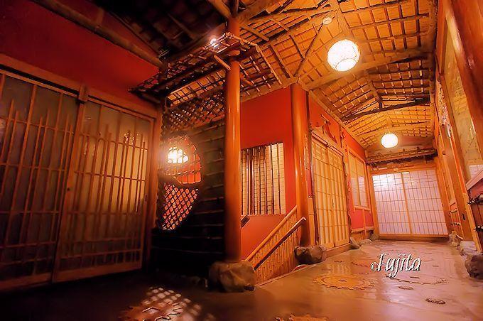 各階それぞれに違う作りの廊下も素晴らしい 長野県 渋温泉 金具屋旅館 温泉 インテリア 建築 宿
