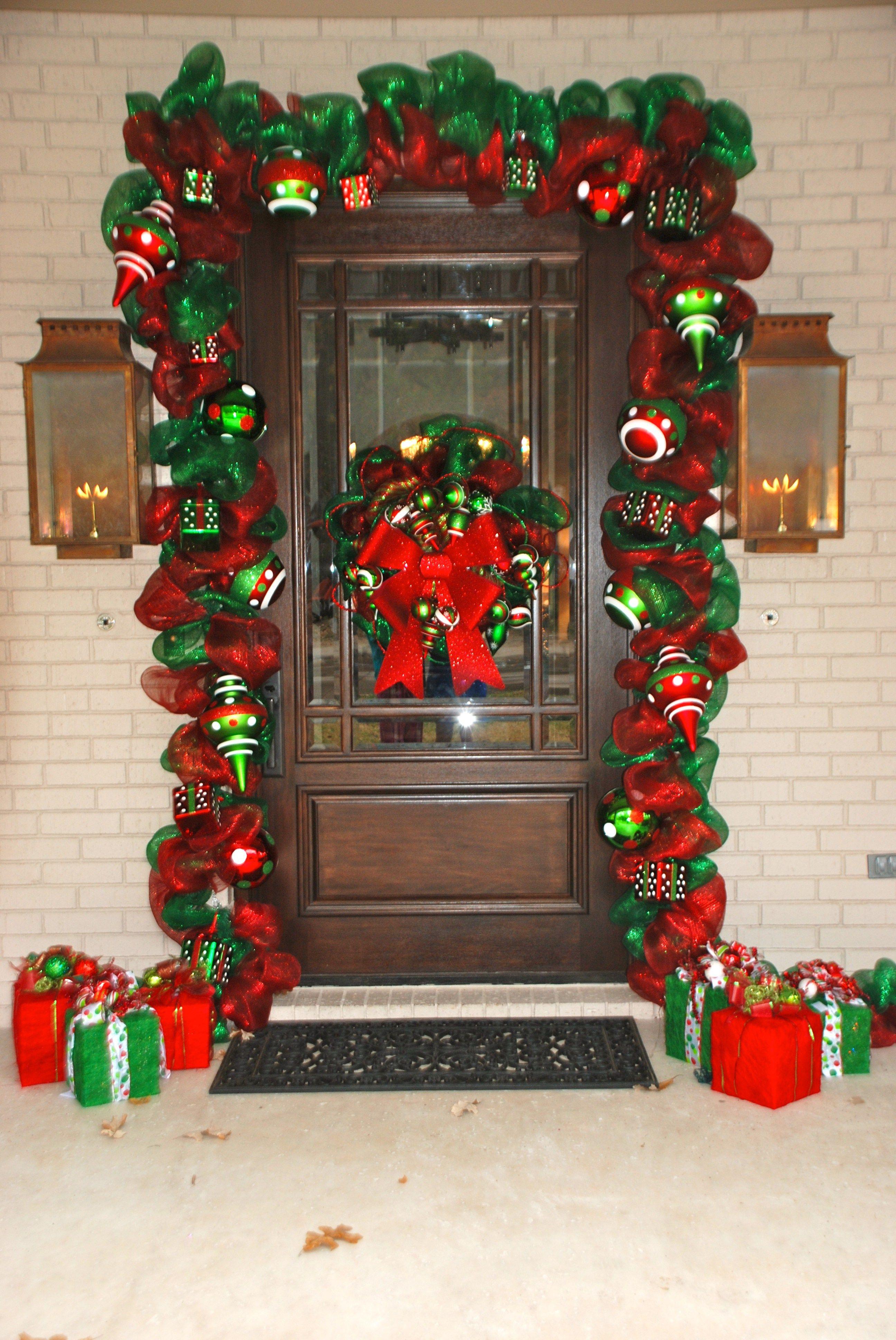 Decora la puerta de tu casa con guirnalda de malla decoraci n navide a navidad y decoraci n - Decoracion navidena de casas ...