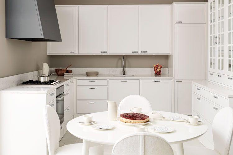 Nixi-keittiöt / Valanti / Huvila  Tässä ollaan hyvin lähellä sitä ajatusta miltä haluaisin oman keittiömme näyttävän! L-muoto oikea, oikealla olevan vitriinin paikalla on oviaukko.  Pidän aivan mahdottomasti puuseppämäisestä toteutuksesta jossa kaappien runko on etupaneelien kanssa samalla tasolla! I-ha-naa!  Väri olisi puhdas valkoinen. Välitilaan valkoinen laatta tiililadonnalla. Valkoinen liesitaso ja hella. Tuuletin vielä epäselvä.. Tasona valkoinen taikka harmaa. V.harmaa betoni…