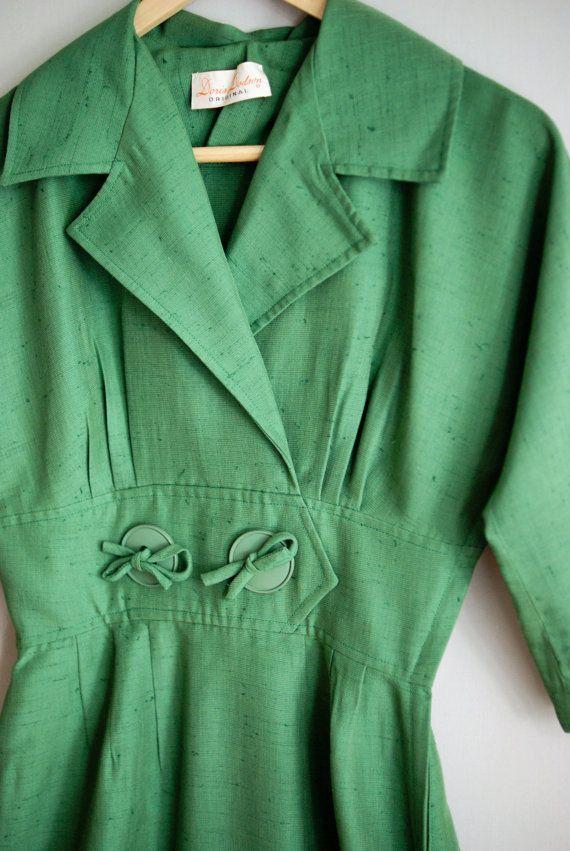 1950s green cotton dress / 50s Doris Dodson by VacationVintage knappar som stängs genom att man trär igenom beand och binder en rosett.