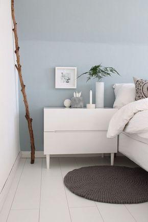 Schlafzimmer hellblaue wand mit weißen möbeln