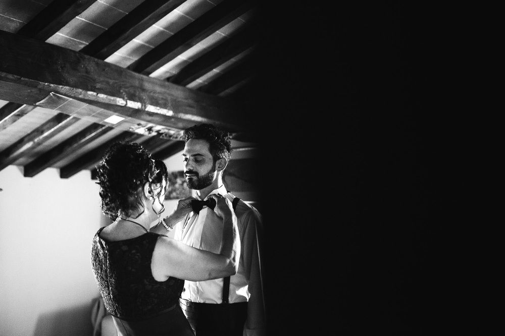 wedding photographer fiesole tuscany photo groom detail getting