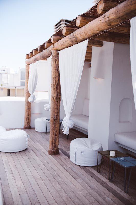 Porche de madera con cortinas blancas porches for Terrazas de madera rusticas