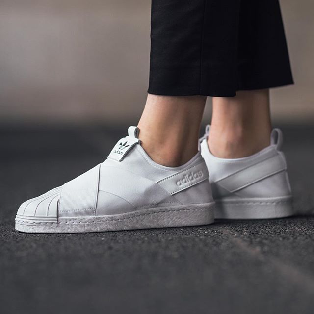 Afilar sextante Guante  RESTOCK! Adidas Superstar Slip On W - Footwear White/Footwear White  available now in-store and online @titoloshop Zurich | Calzas, Zapatillas,  Zapatos