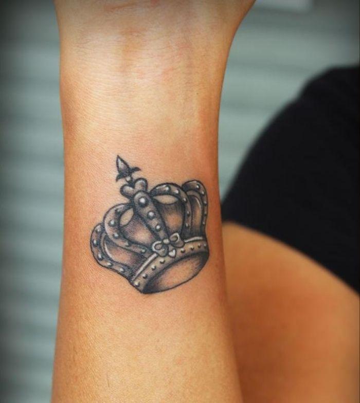 tattoo ideen f r frauen krone unterarm tattoo m nner tattoo ideen motive vorlagen bilder. Black Bedroom Furniture Sets. Home Design Ideas