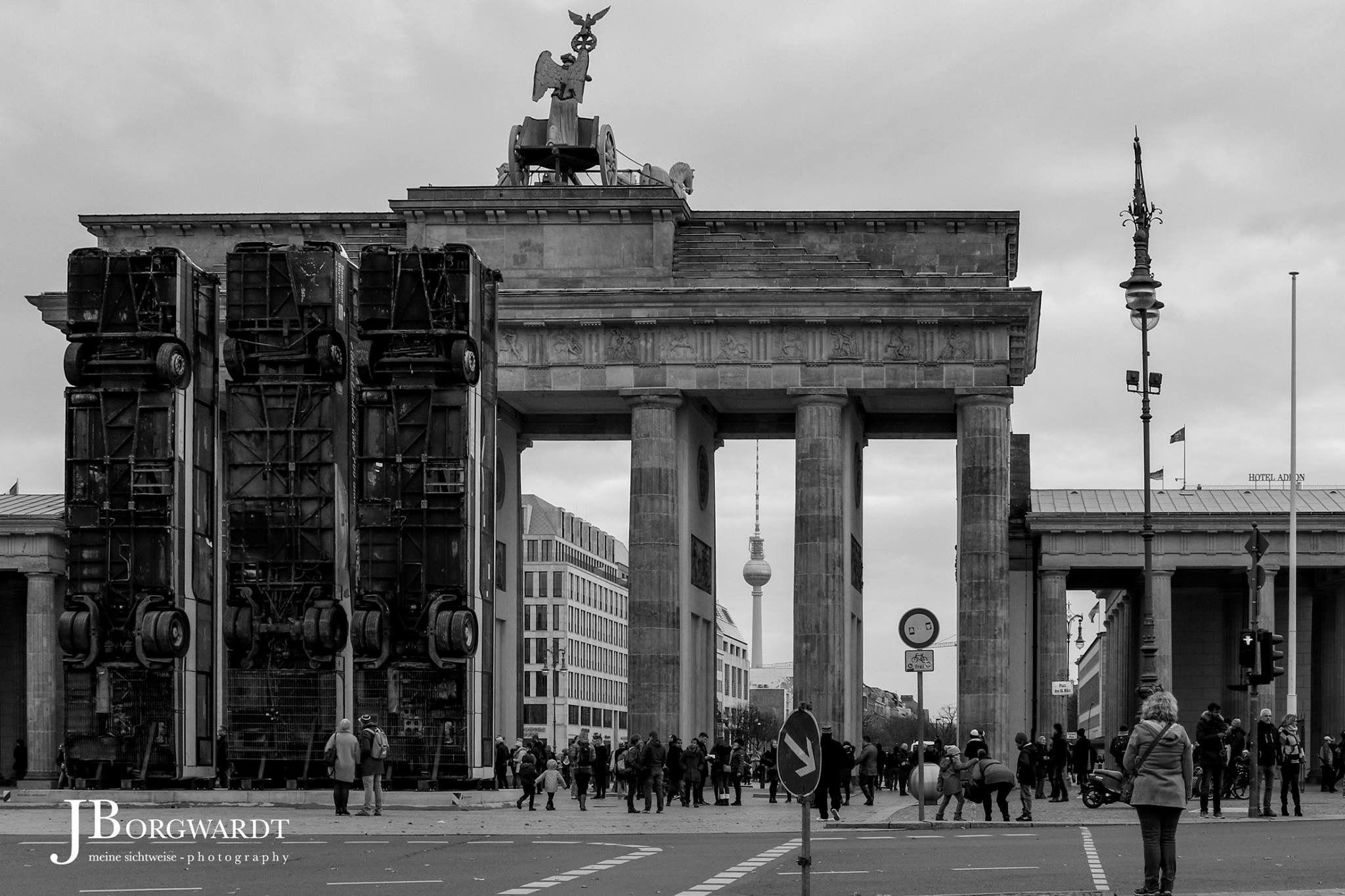 Monument Als Mahnmal Gegen Krieg Und Terror Ist Am 10 November 2017 Vor Dem Brandenburger Tor Die Bus Skulptur Des Kun Monument Brandenburger Tor Kriegerin