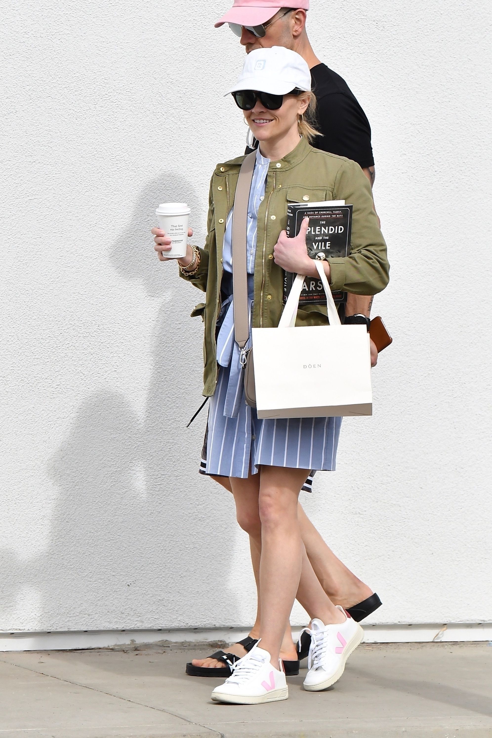 Reese Witherspoon Brentwood March 7 2020 Star Style Mode Veja Store Guimauve