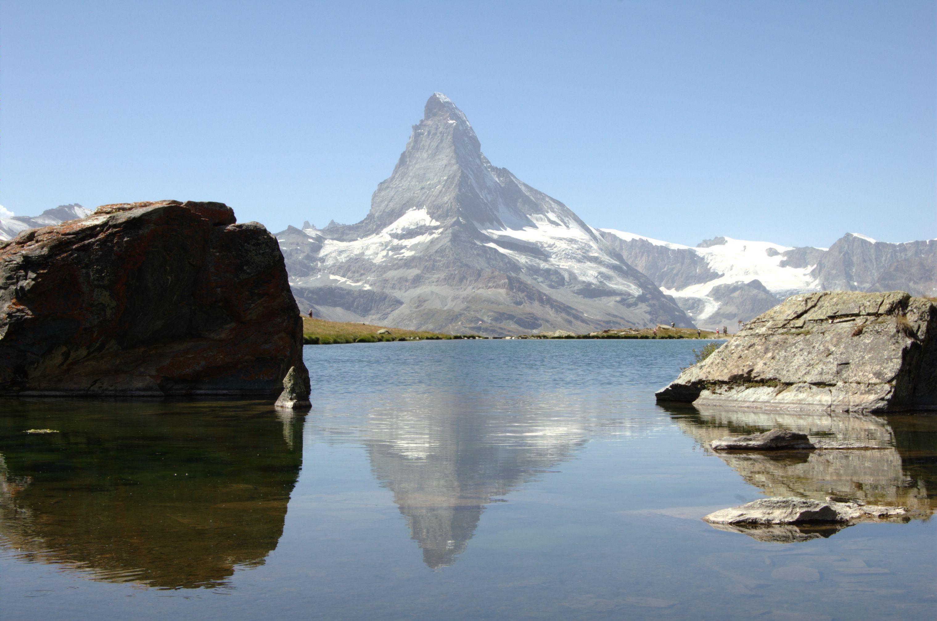 Matterhorn reflejado en el lago