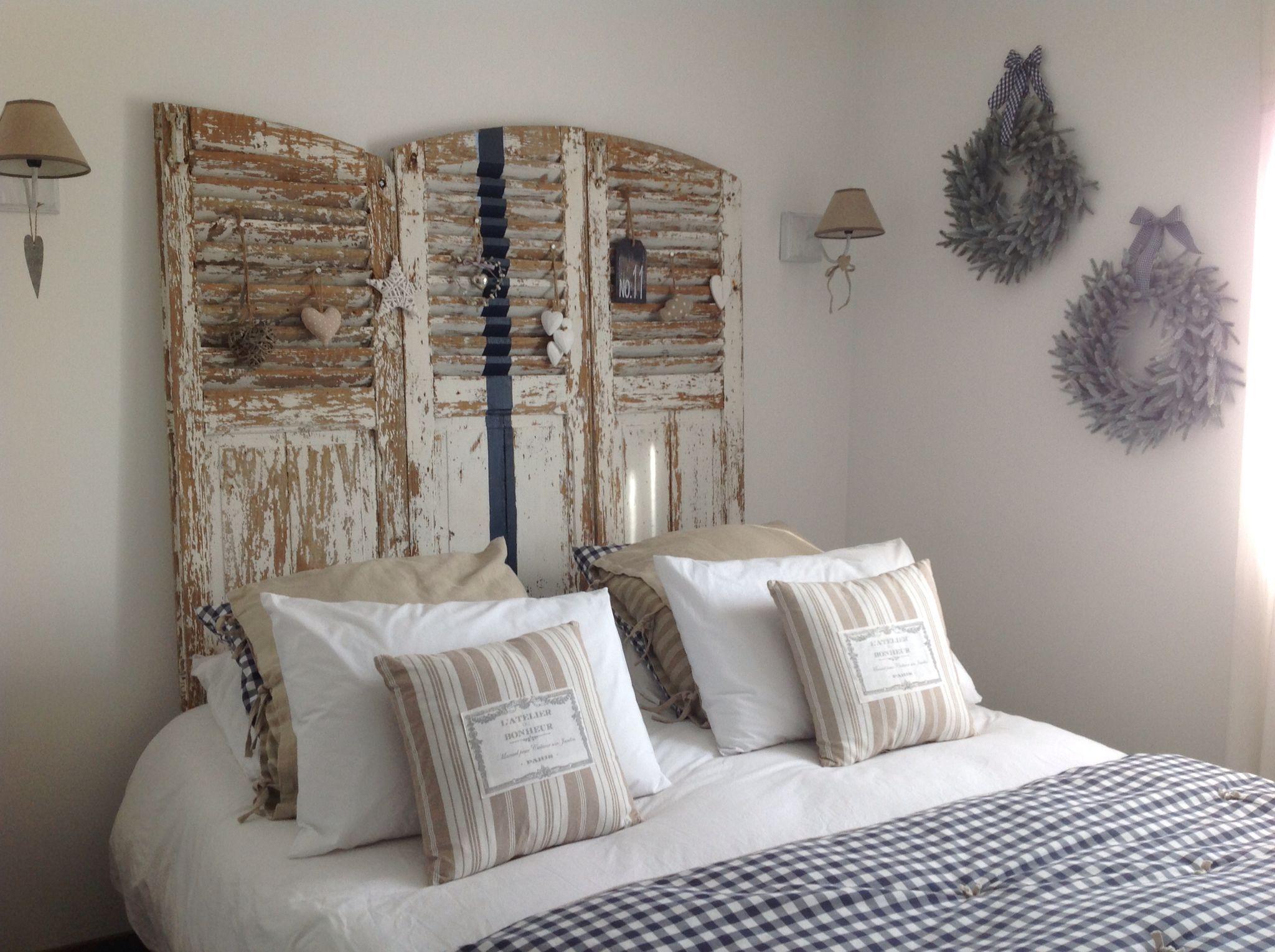 chambre blanche marine et beige vieux volets en t te de lit chambres pinterest vieux. Black Bedroom Furniture Sets. Home Design Ideas