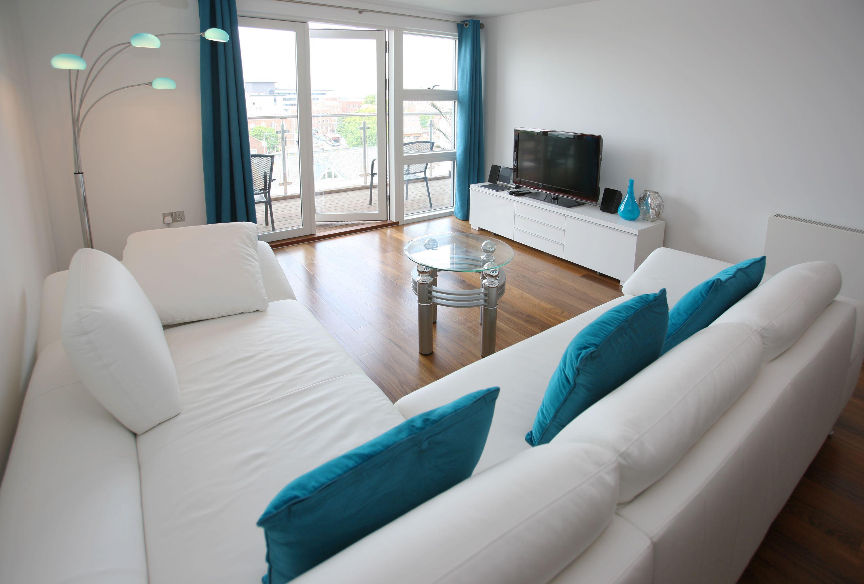 wohnzimmer weiss türkis | ideen für wohnzimmer gestalten | Living ...